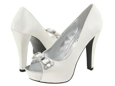 White-wedding-shoes.jpg.bd0f7128159f026e4a44205483789cc8.jpg